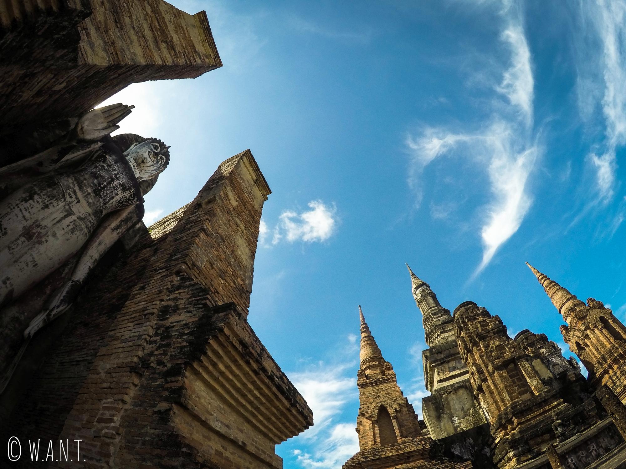 Vue en contre-plongée au Wat Mahathat de Sukhothai