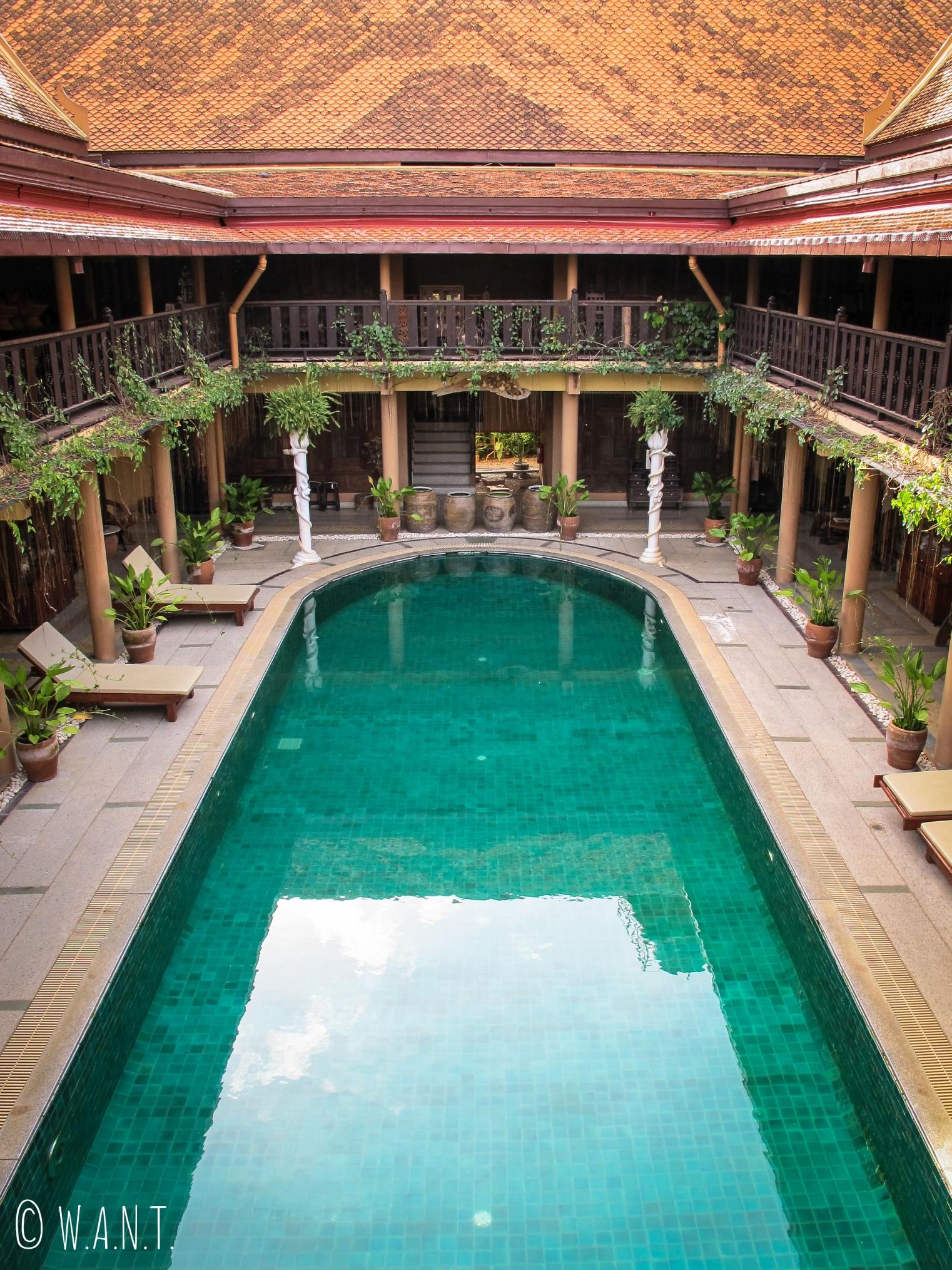 Vue en plongée sur la piscine du Ruean Thai Hotel de Sukhothai