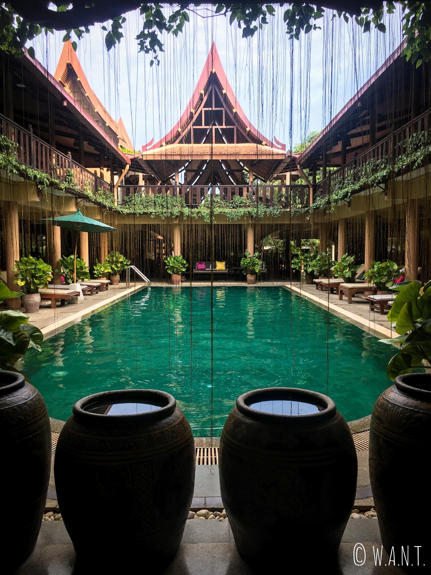 Vue la piscne intérieure de l'hôtel Ruean Thai à Sukhothai