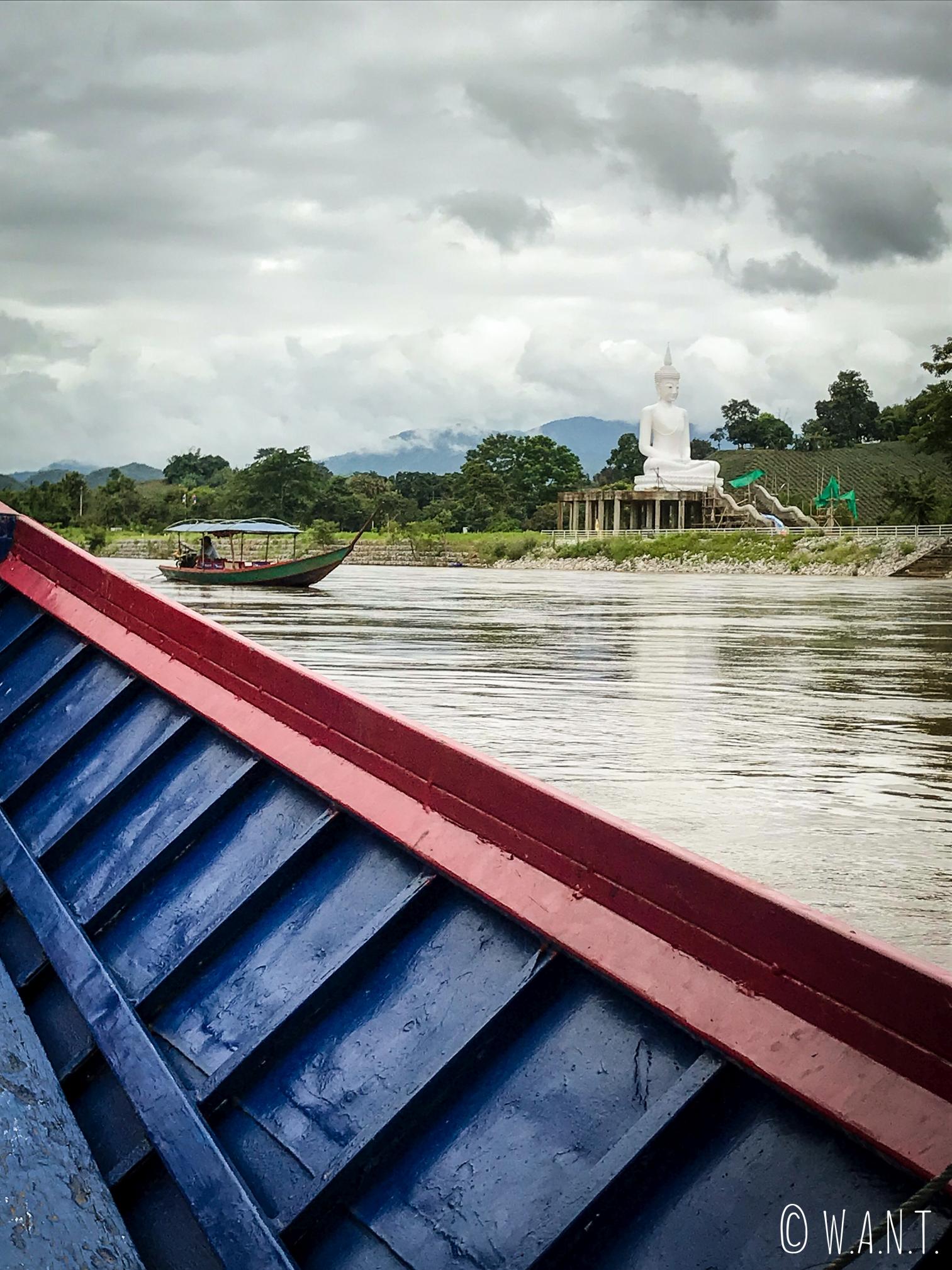 Vue sur la rive de la Kok river de Chiang Rai depuis notre long boat