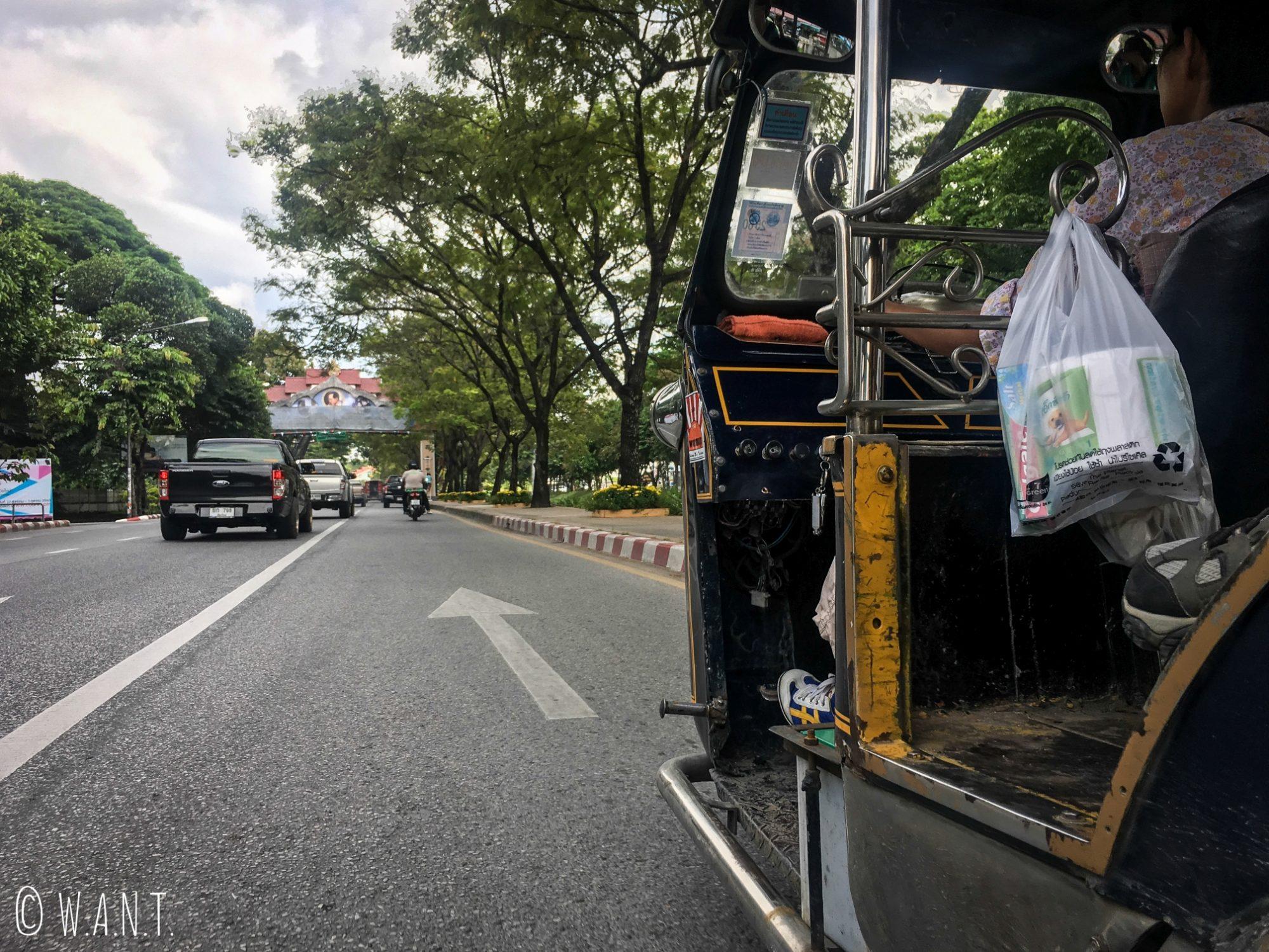 Vue sur la route depuis notre tuk-tuk à Chiang Mai