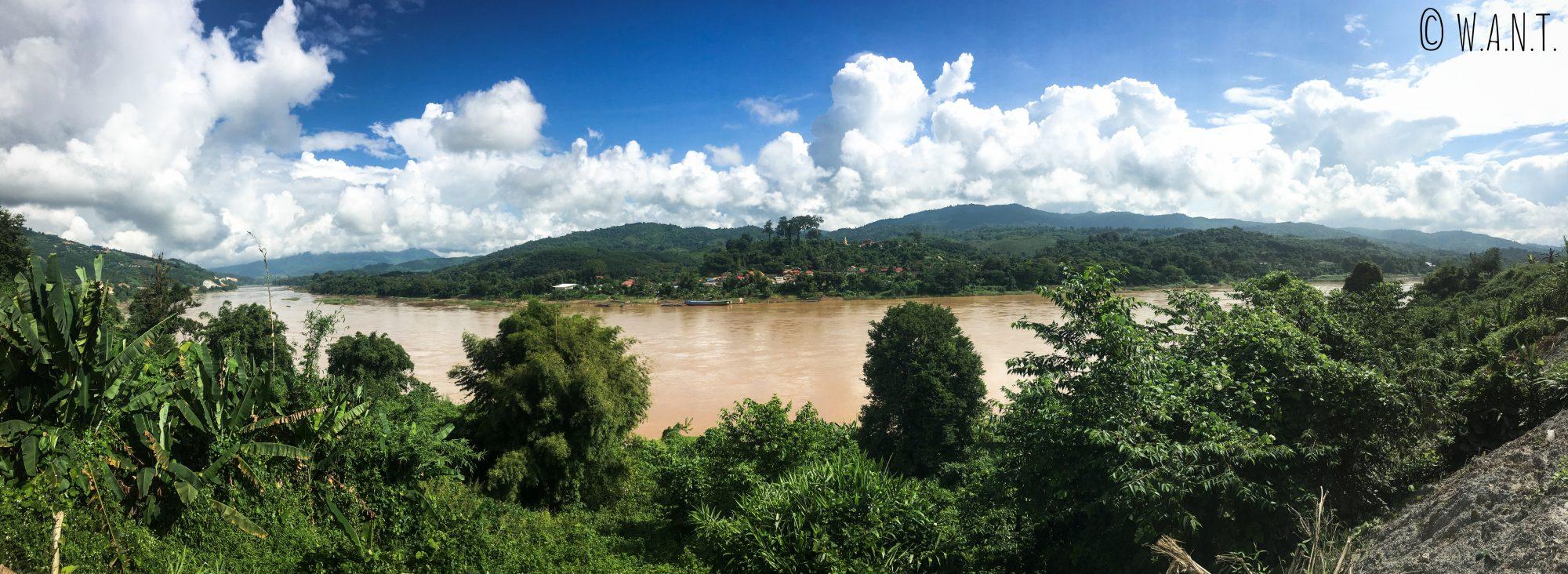 Vue sur le Laos de l'autre côté du Mékong