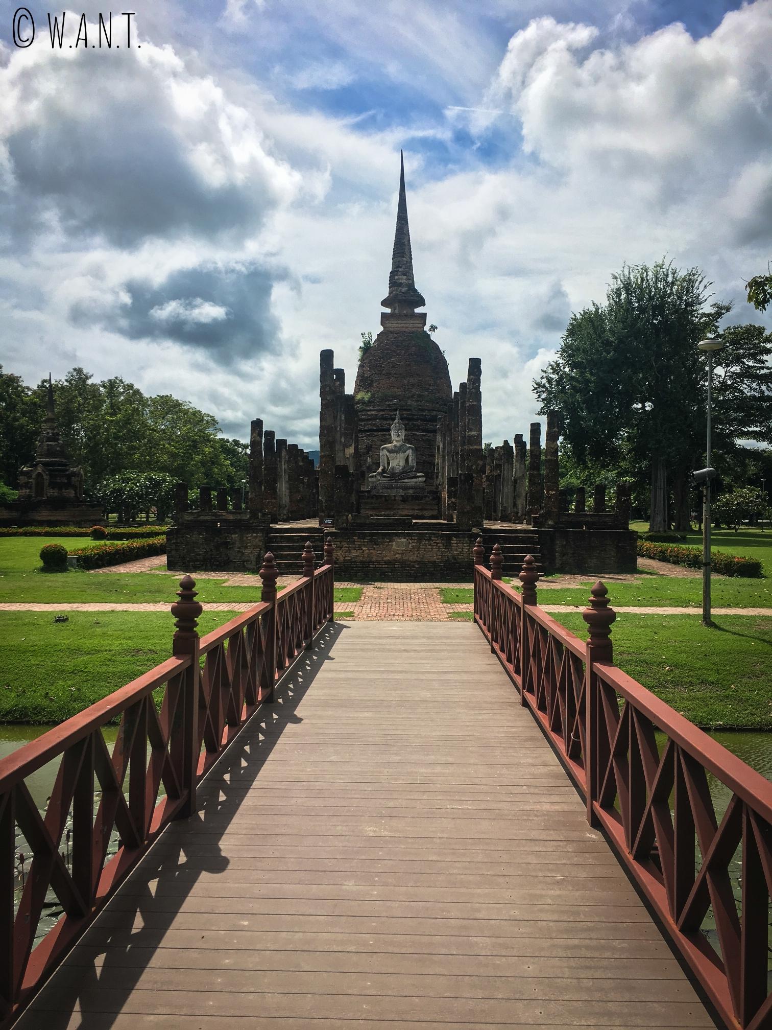 Vue sur le Wat Sa Si dans la zone centrale du parc historique de Sukhothai