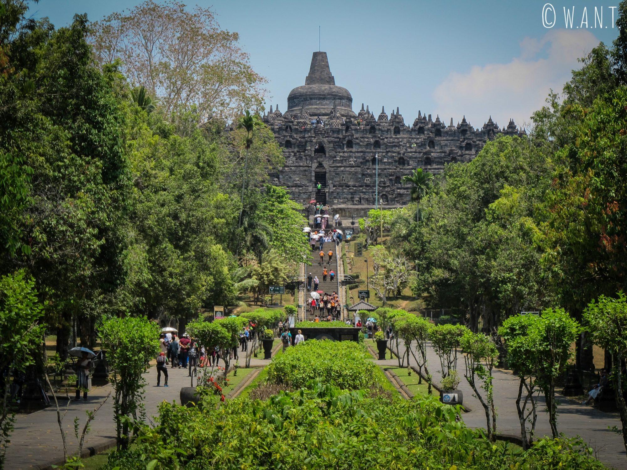 Vue sur le temple depuis l'entrée du site de Borobudur