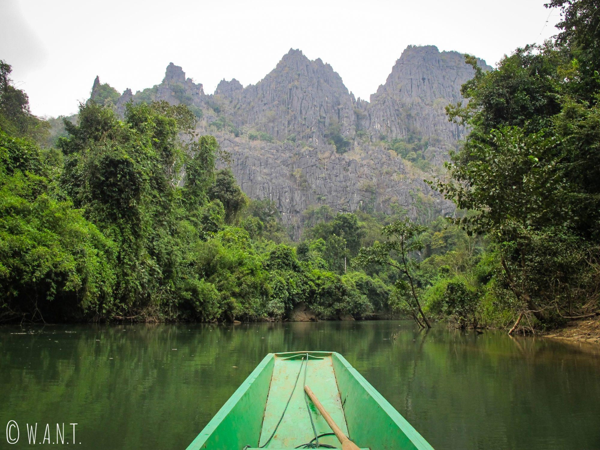 À la sortie de la grotte de Konglor, nous naviguons sur la rivière au milieu des pics karstiques