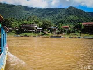 Arrivée en bateau au village de Muang Ngoi