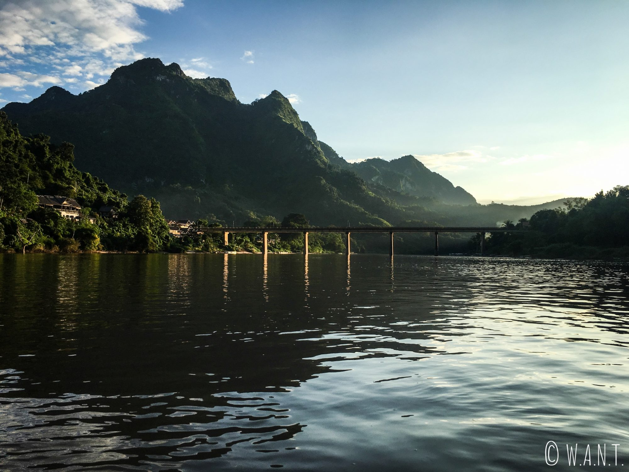 Arrivée sur Nong Khiaw via la rivière Nam Ou en fin de journée