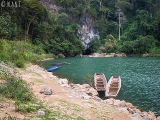 Barques et entrée de la grotte de Konglor