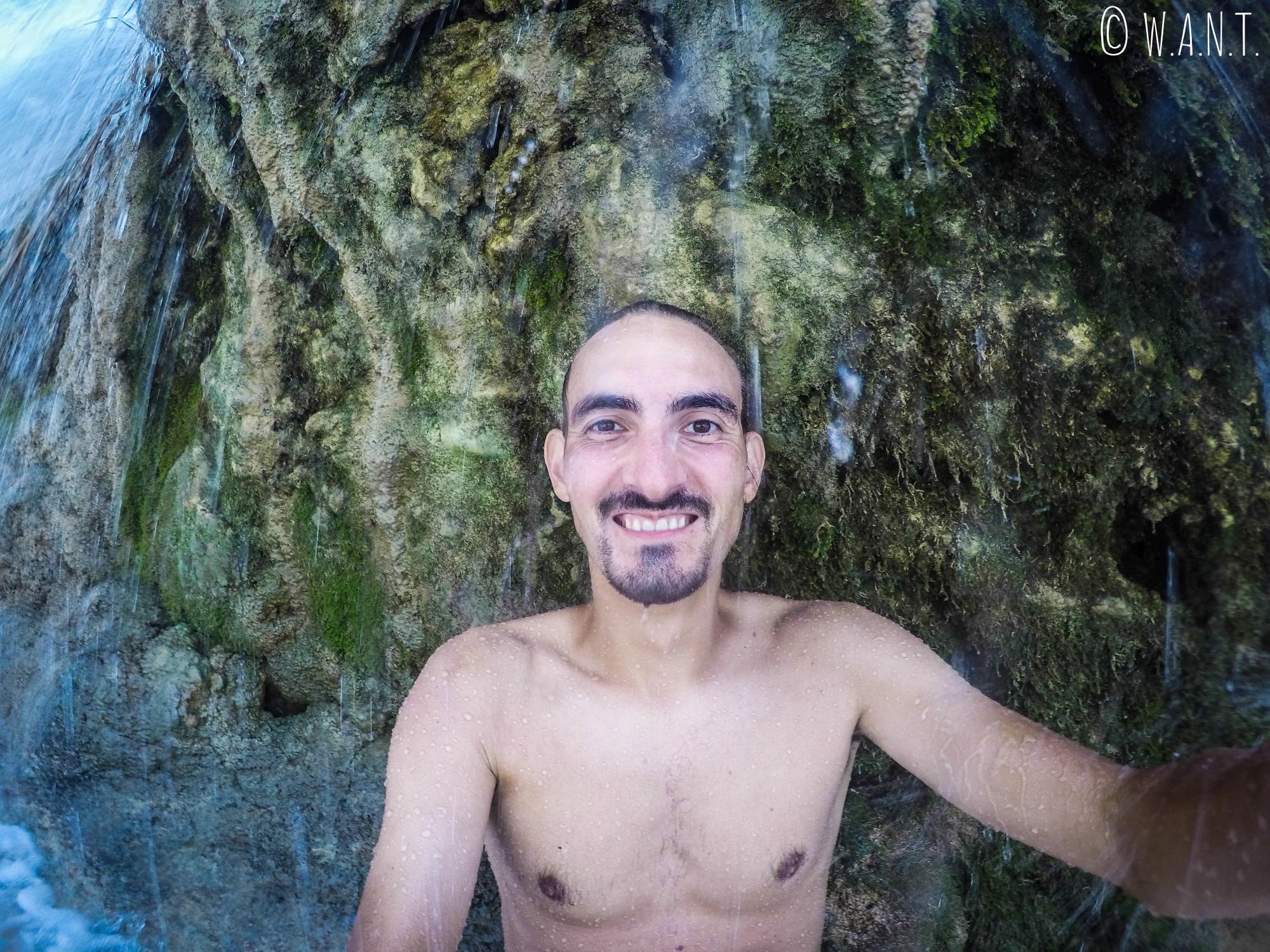 Benjamin est passé derrière le rideau d'eau de la cascade Kuang Si de Luang Prabang