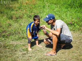Benjamin et un enfant dans un village près de Muang Ngoi