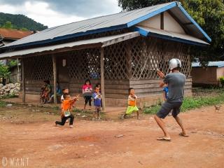 Benjamin joue avec les enfants d'un village près de Luang Namtha