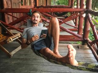Benjamin profite du hamac de notre bungalow sur l'île de Don Khon