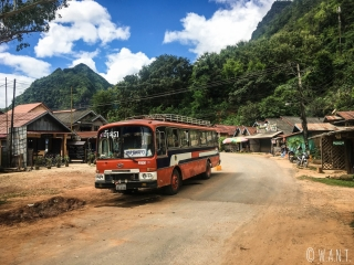 Bus local dans la rue principale de Nong Khiaw