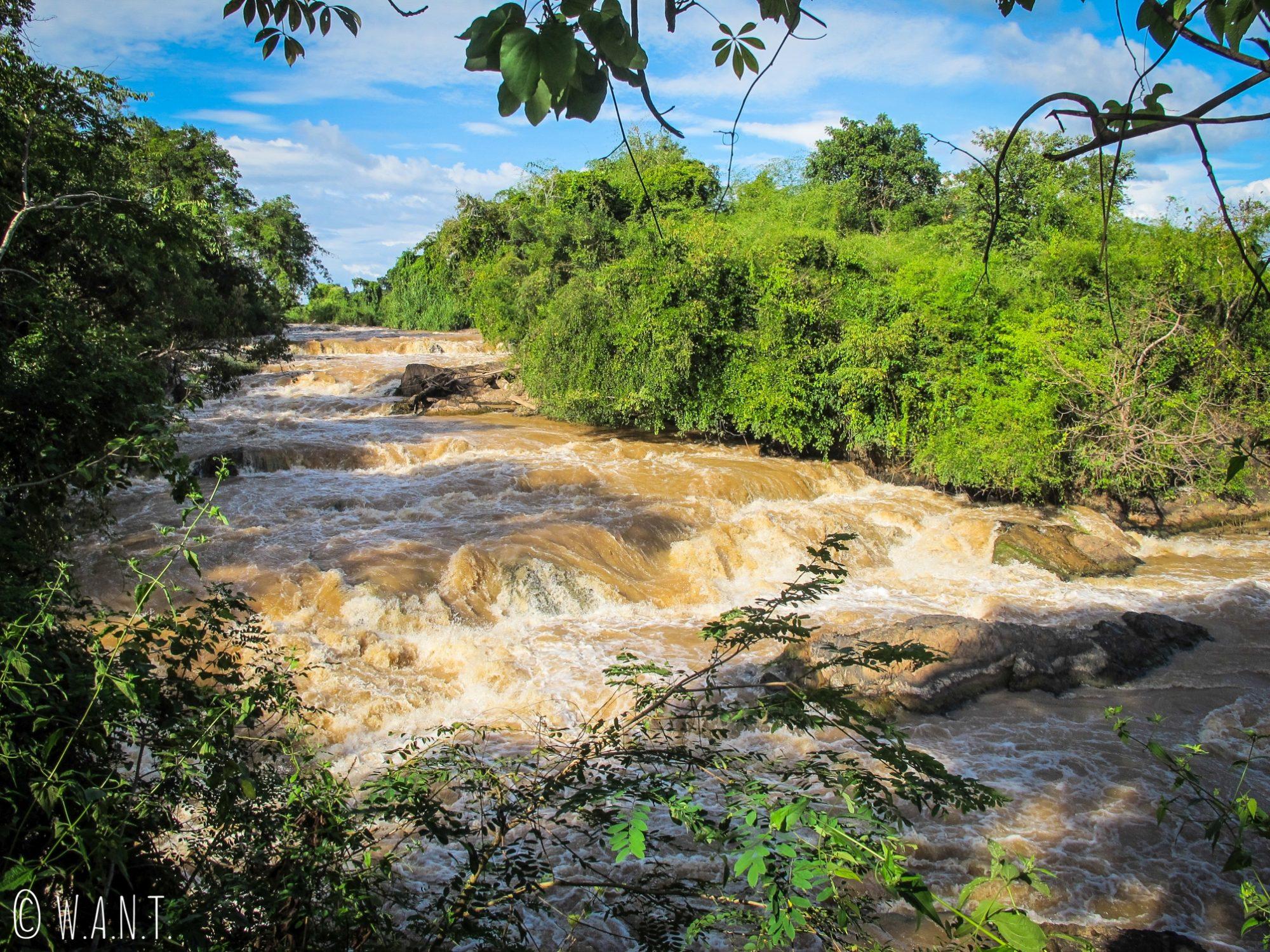 Cascades de l'île de Don Khon après le pont suspendu