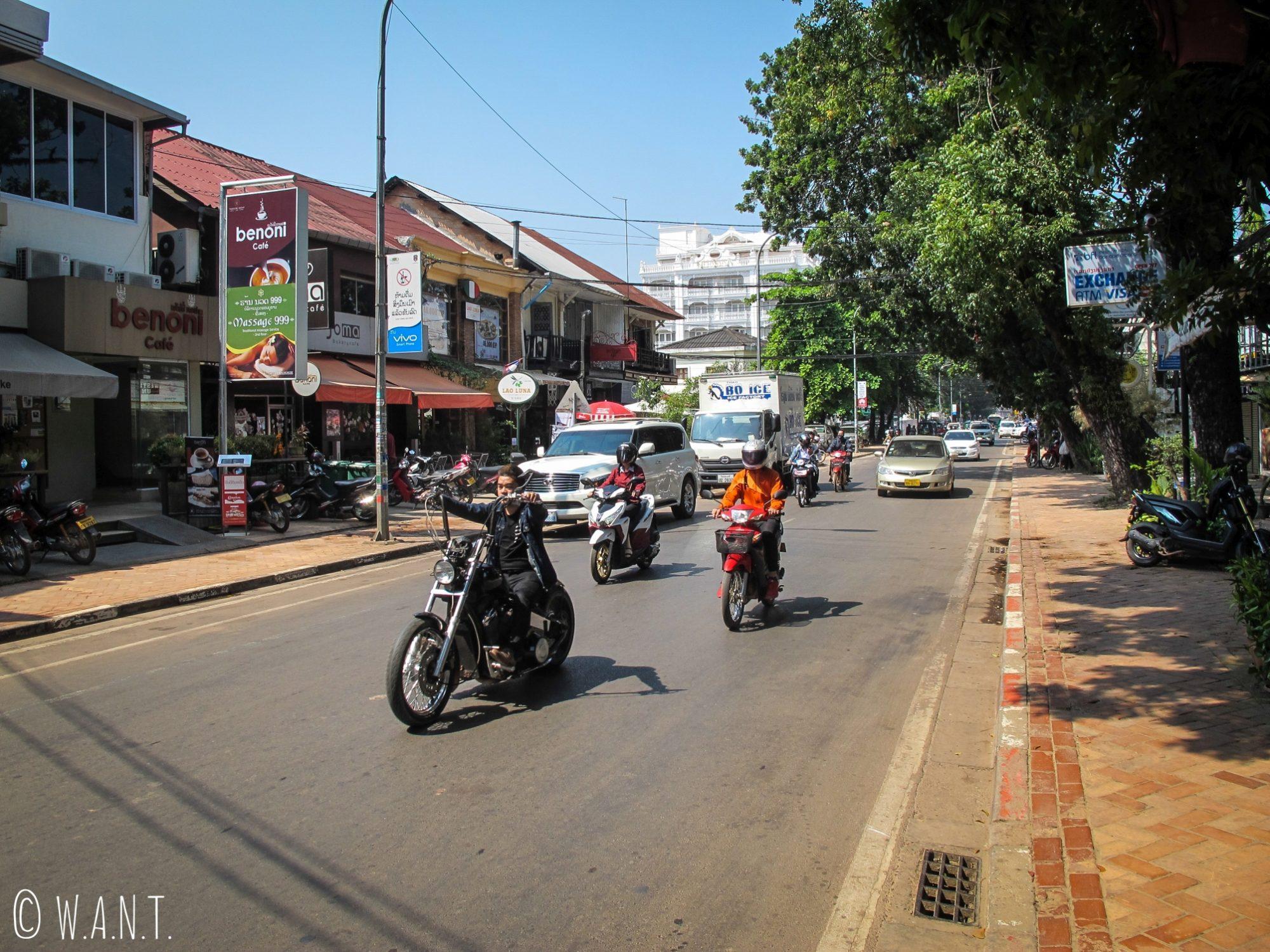Circulation dans le centre-ville de Vientiane