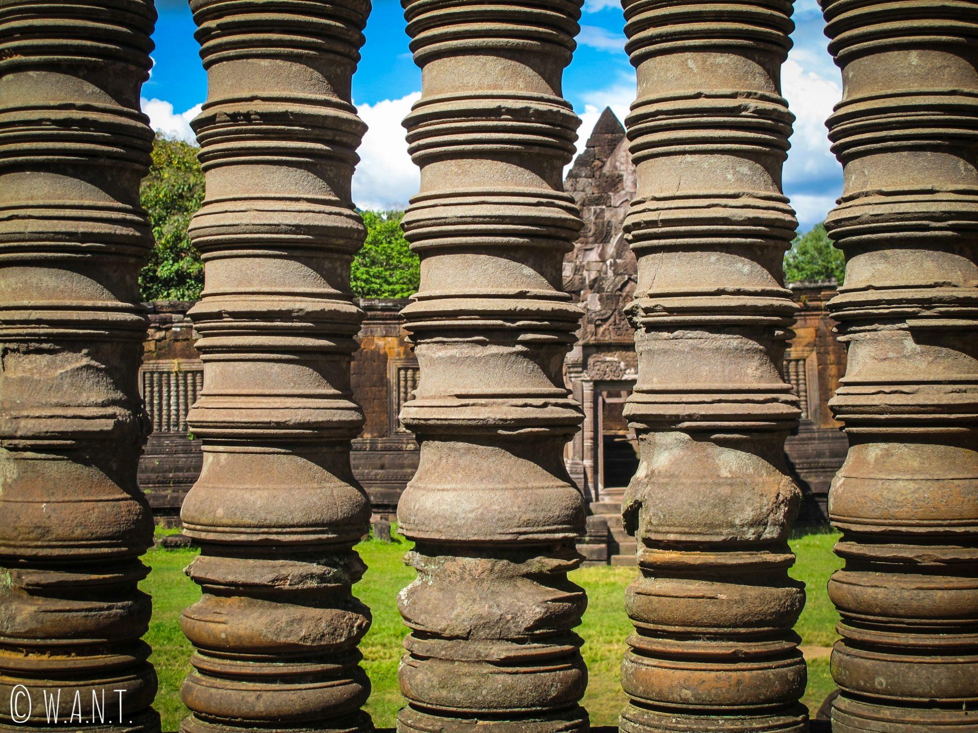 Colonnes en pierre placées devant une fenêtre de l'un des deux palais à Vat Phou