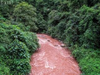 Eau de couleur ocre de la rivière Nam Ya près de Luang Namtha