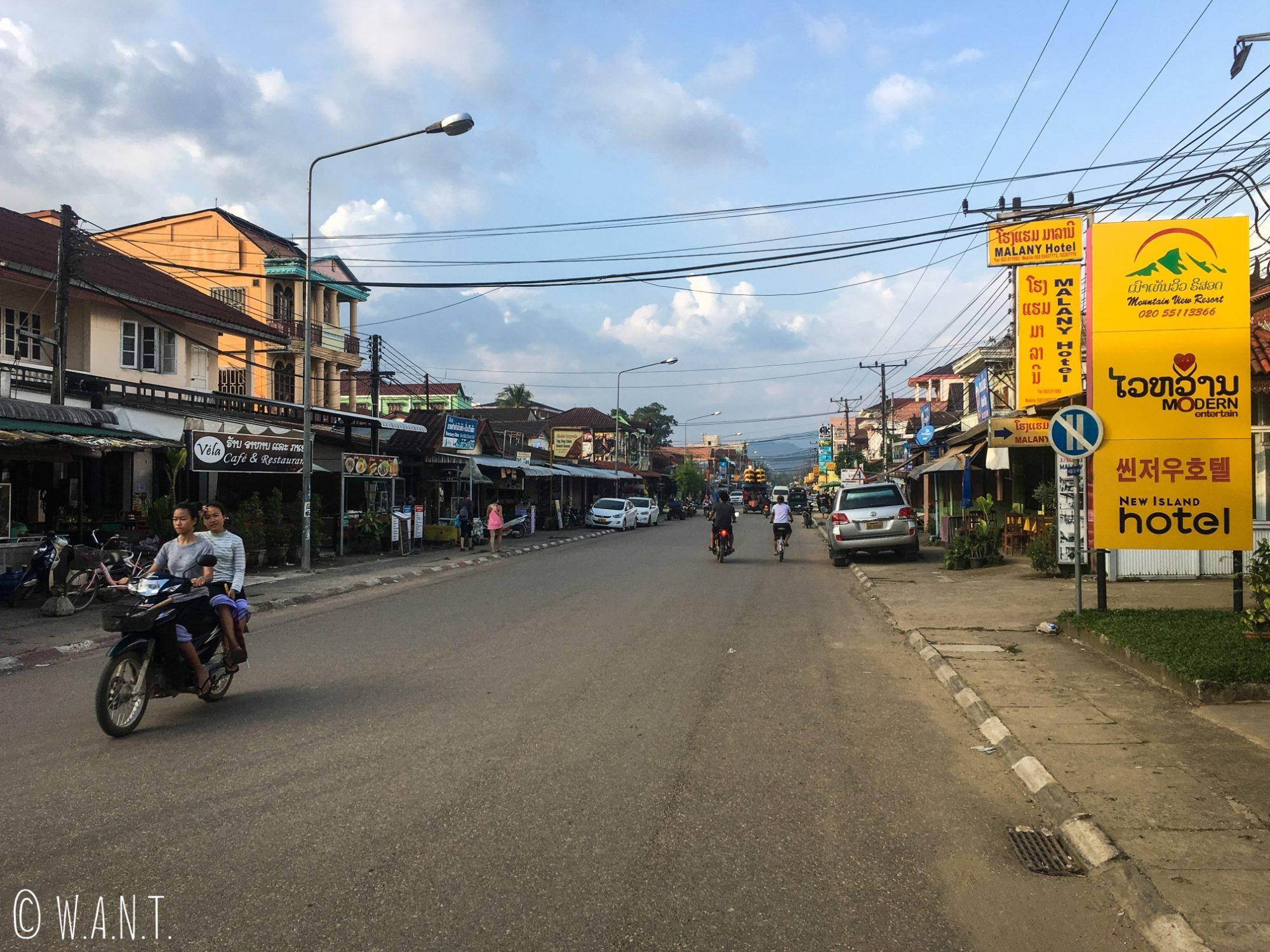 En pleine journée, les rues de Vang Vieng ne sont que peu animées