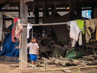 Enfant pensif dans un village près de Luang Namtha