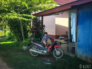 Enfant sur un scooter sur l'île de Don Det
