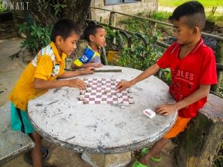 Enfants du village de Konglor jouant aux dames