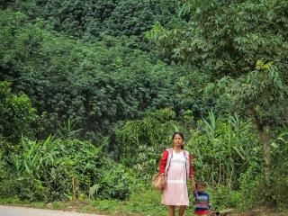Femme enceinte et son enfant sur la route de Muang Sing au Laos