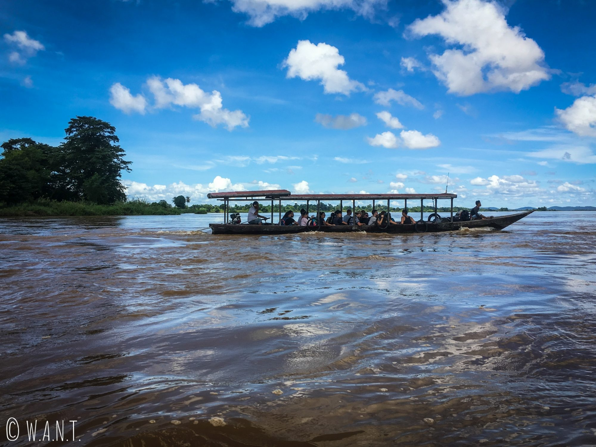 Ferry effectuant la traversée des 4,000 îles à Nakasong