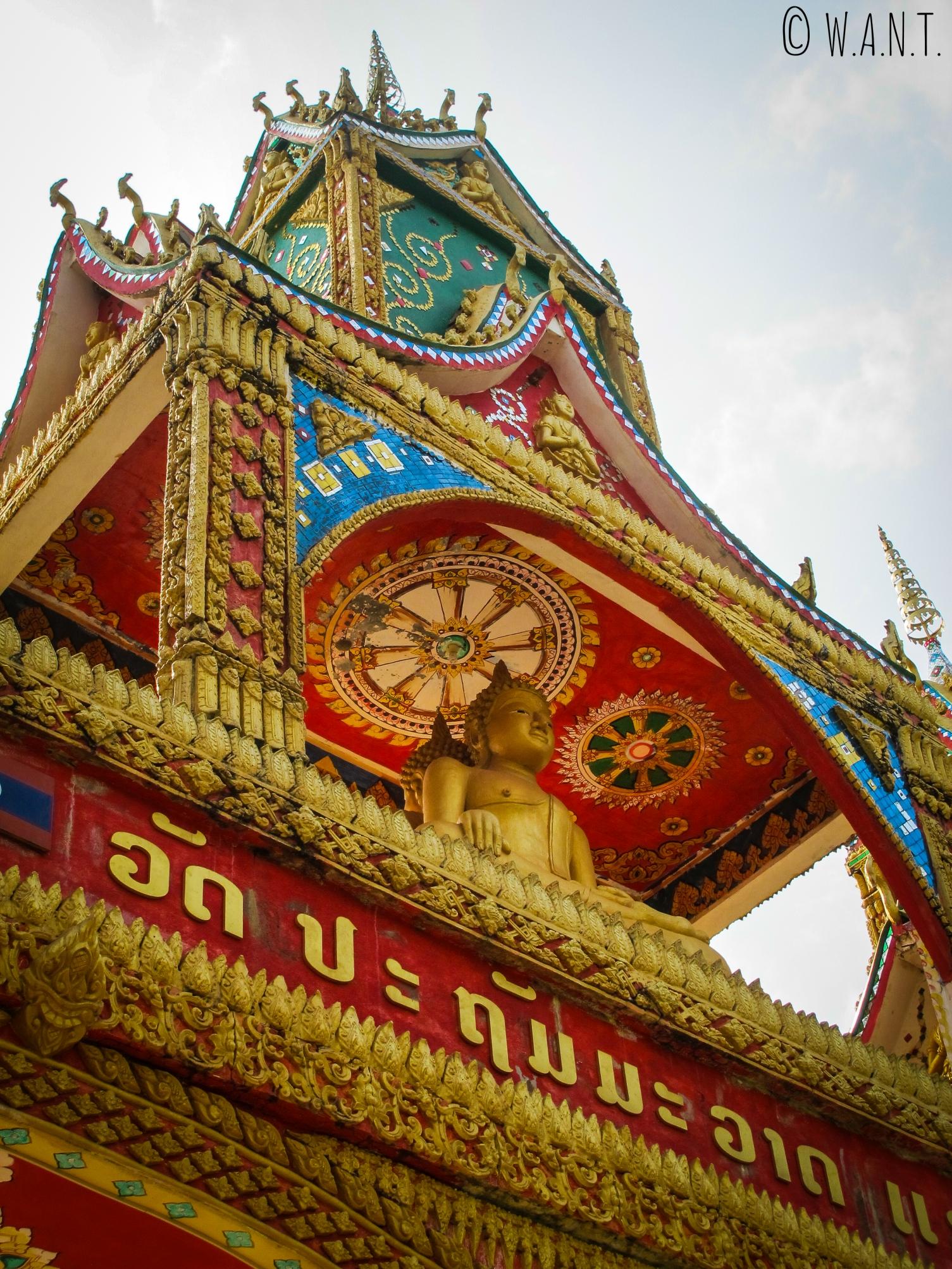 Gros plan sur le porche d'entrée du temple de Lak Sao