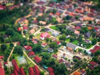 Gros plan sur le temple de Nong Khiaw depuis le point de vue Nang None