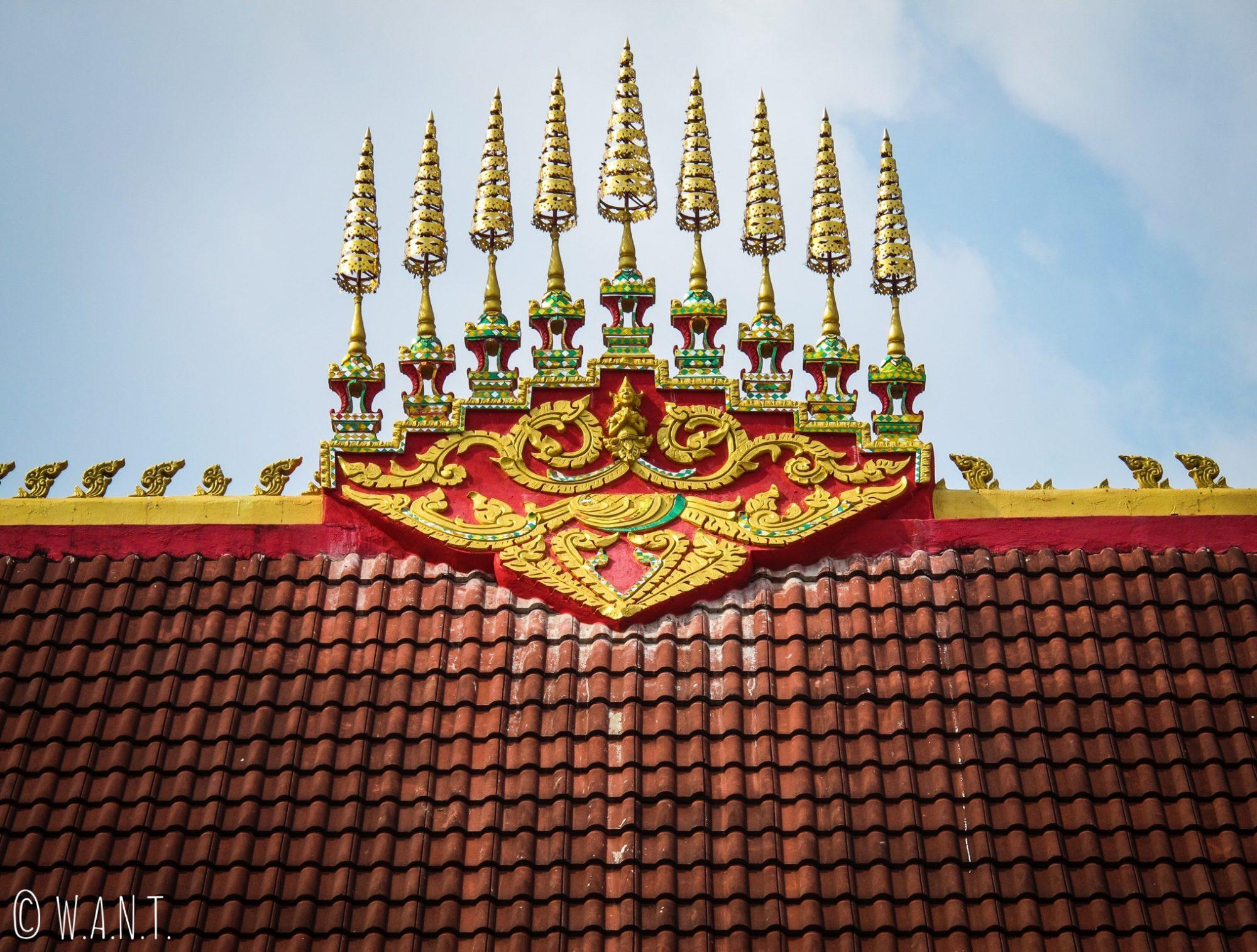 Gros plan sur le toit du temple de Lak Sao