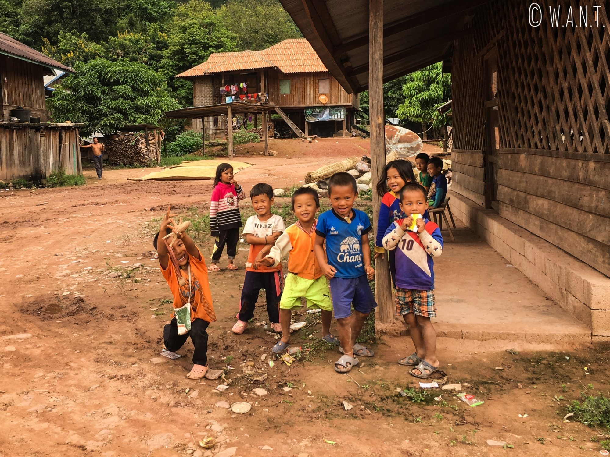 Groupe d'enfants dans un village près de Luang Namtha