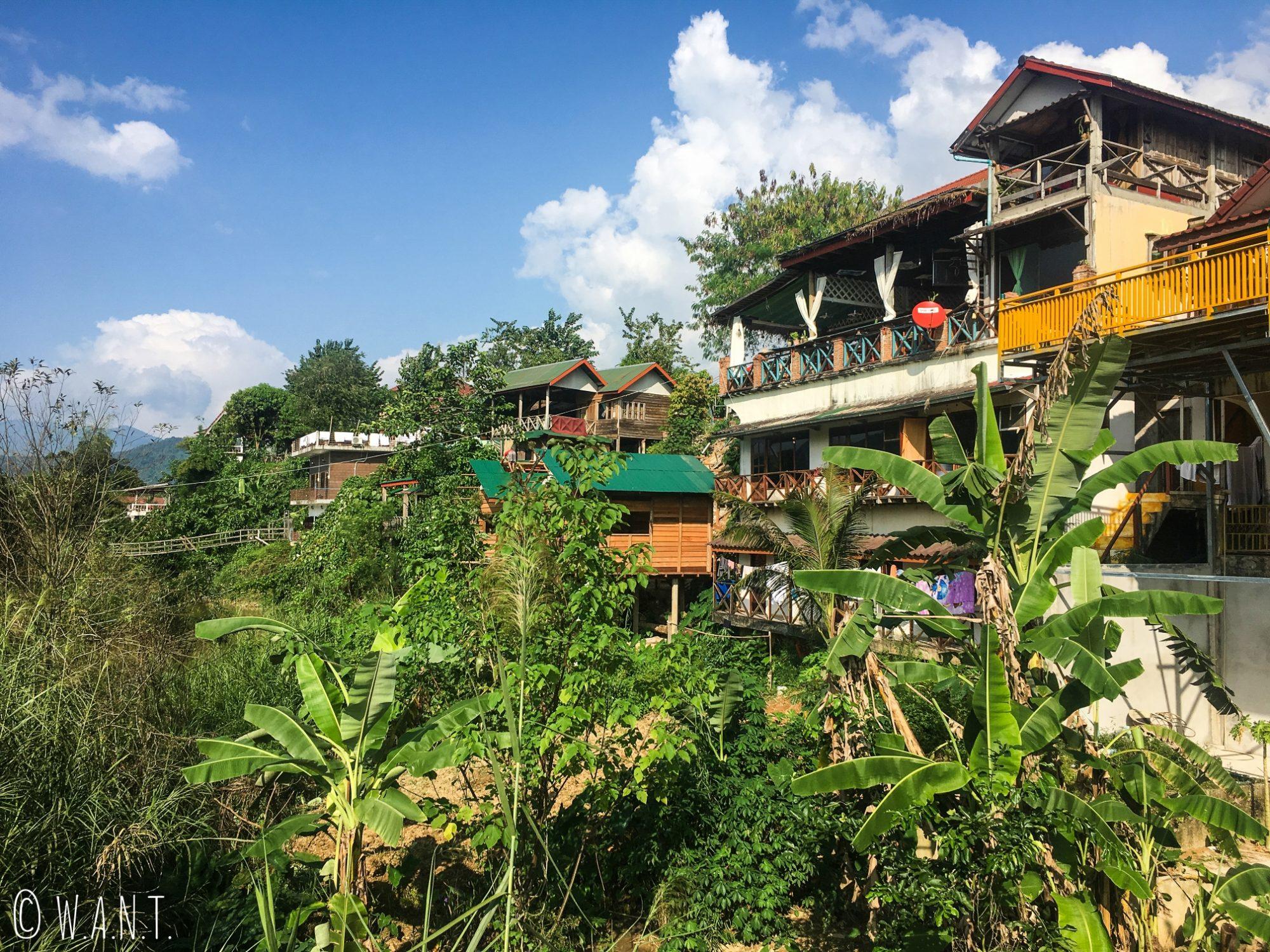 Habitations, guesthouses et restaurants au nord de Vang Vieng
