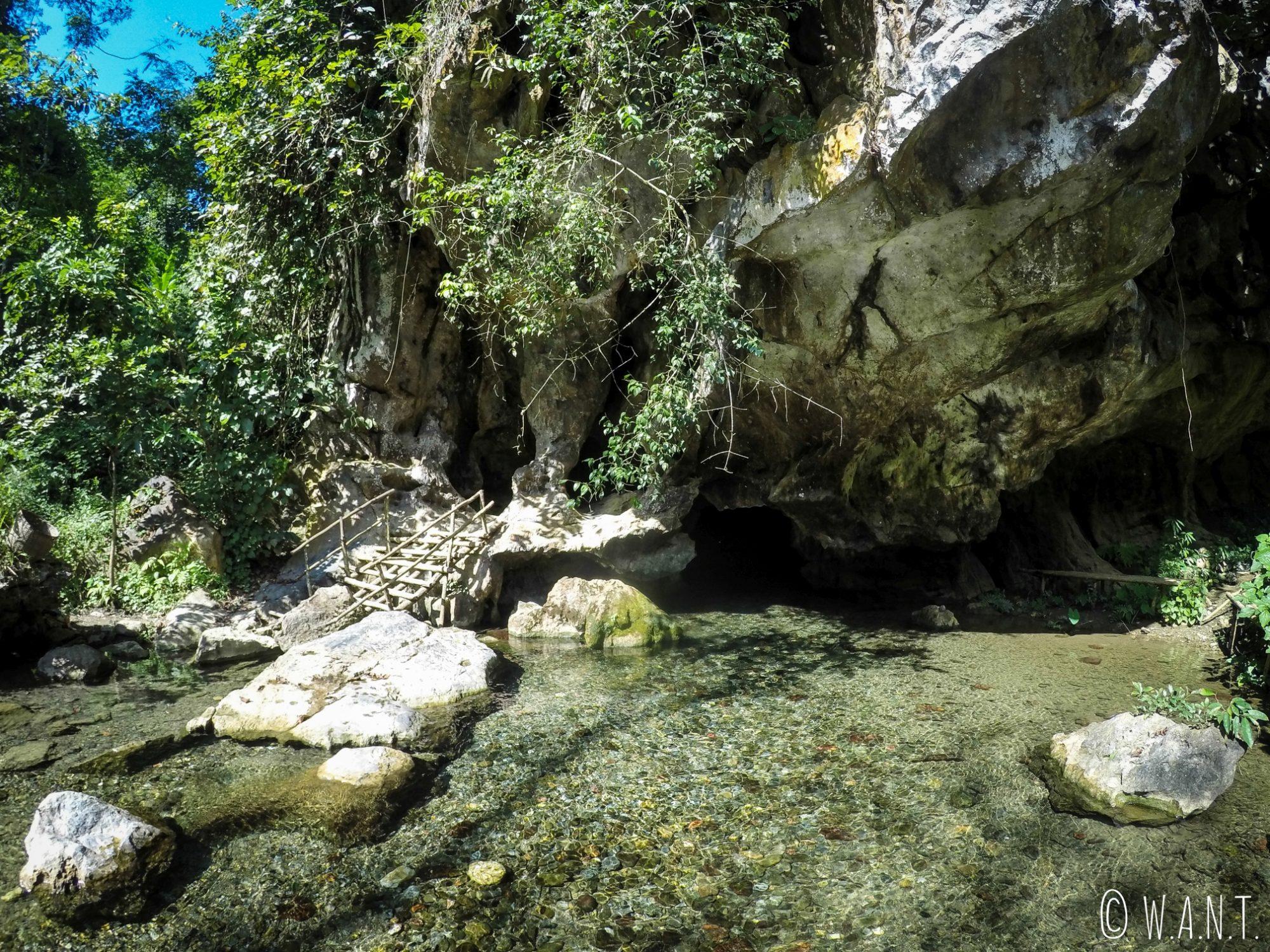 Il est possible de se baigner dans la grotte de Tham Kang à Muang Ngoi