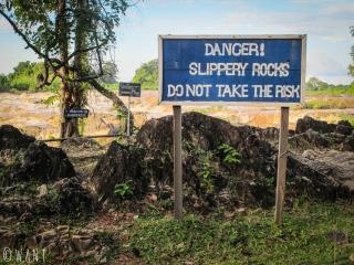 Il ne faut pas monter sur les rochers situés au bord des cascades de Li Phi sur l'île de Don Khon
