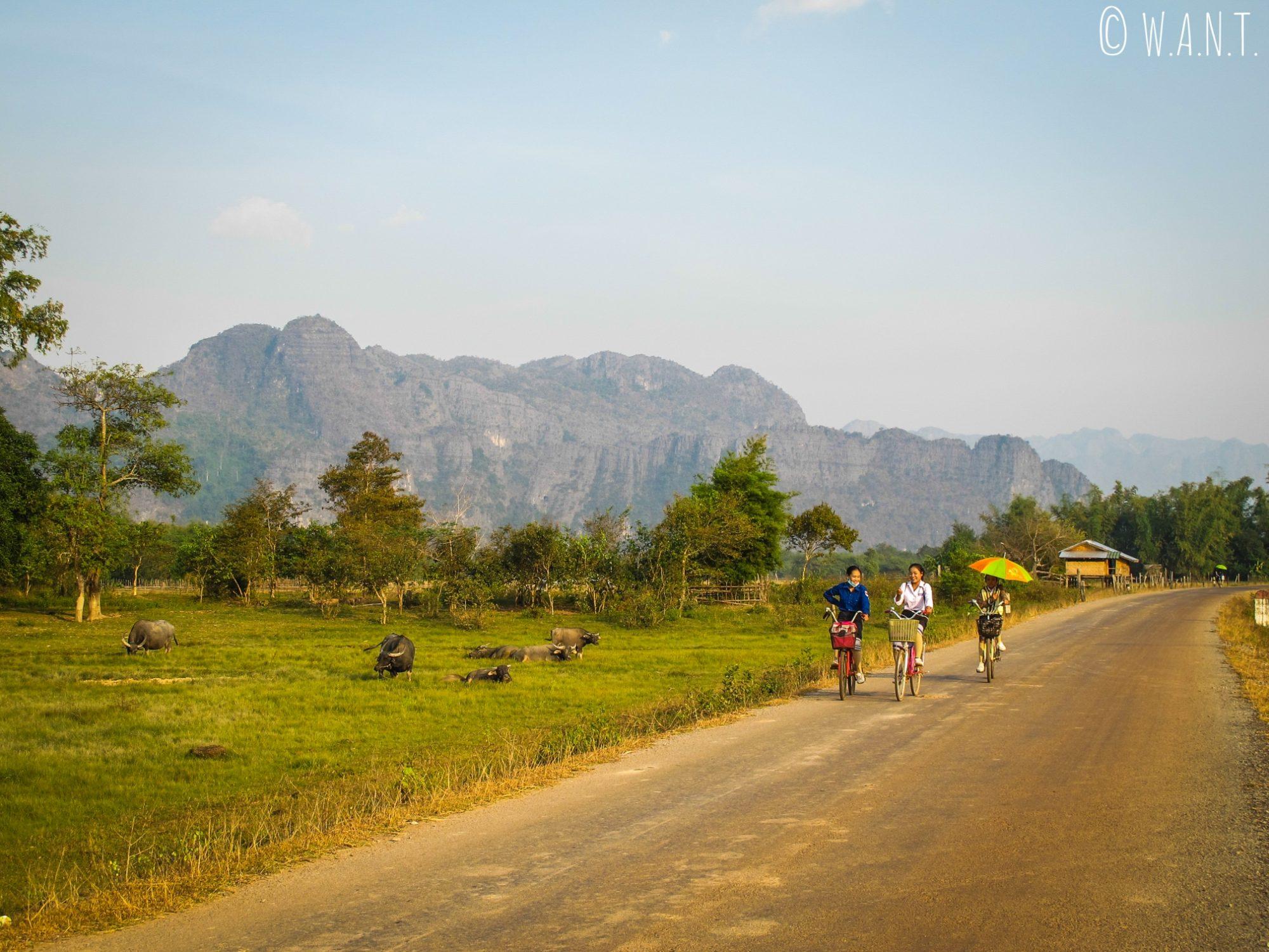Jeunes femmes en vélo sur la route de Konglor