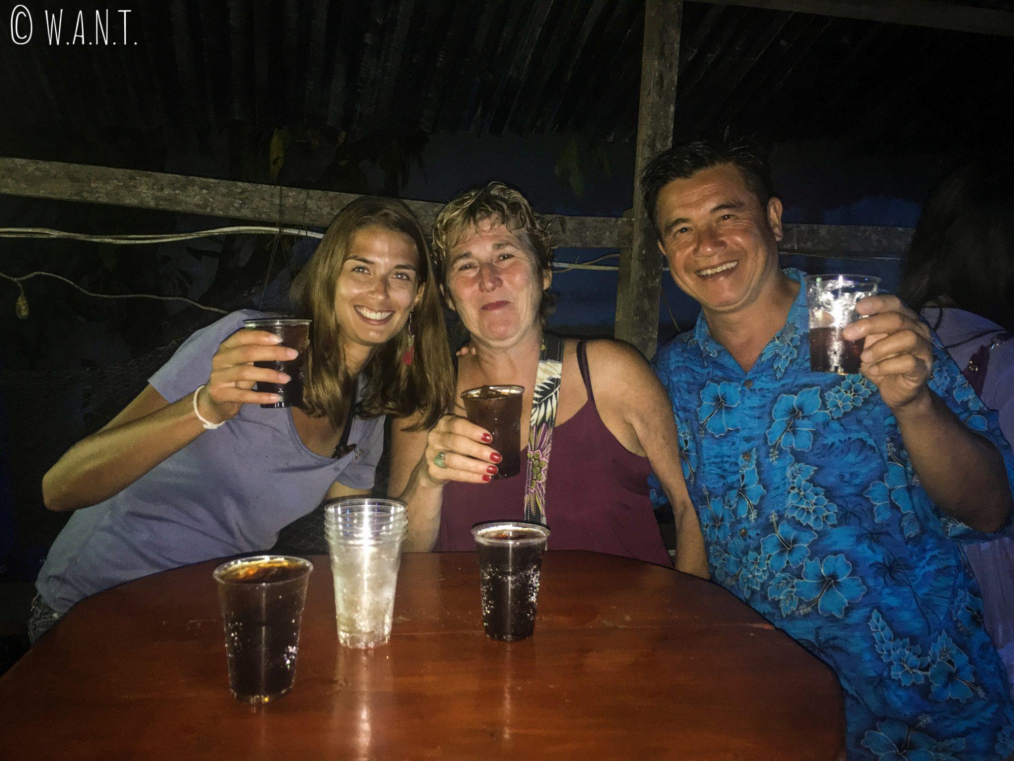 Jilles, Agnès et Marion au bar Sakura de Vang Vieng
