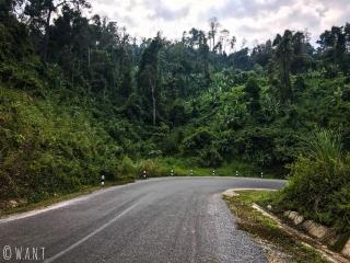 La route a du dénivelé à la sortie du village de Nahin