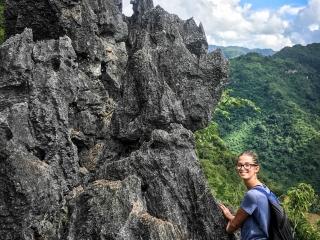 L'accès au point de vue Nang None de Nong Khiaw se fait en escaladant de la roche