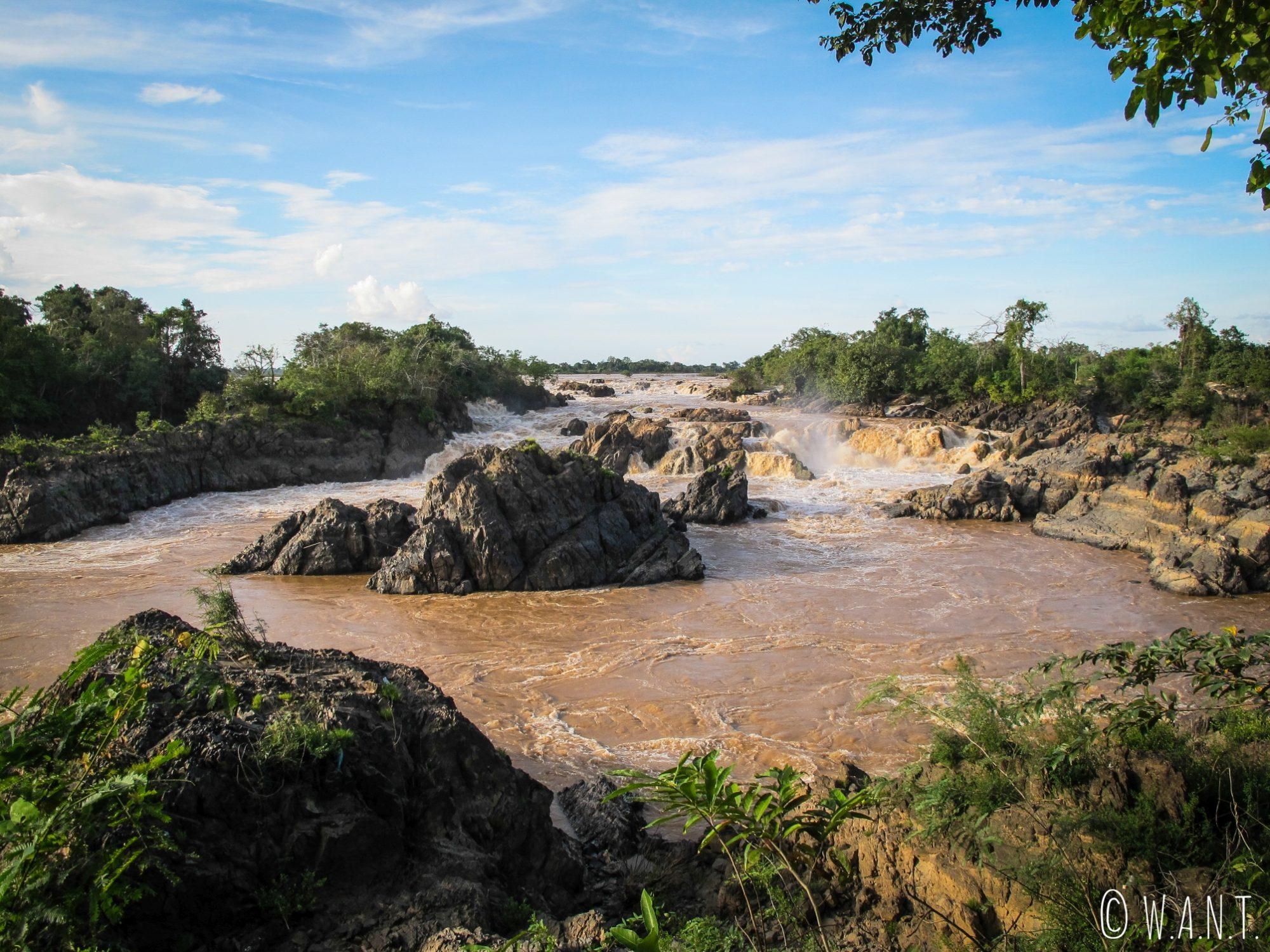 Le Mékong déverse ses eaux violemment dans les cascades de Li Phi sur l'île de Don Khon