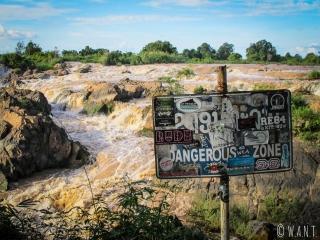 Le chemin longeant les cascades de Li Phi sur l'île de Don Khon est indiqué comme dangereux