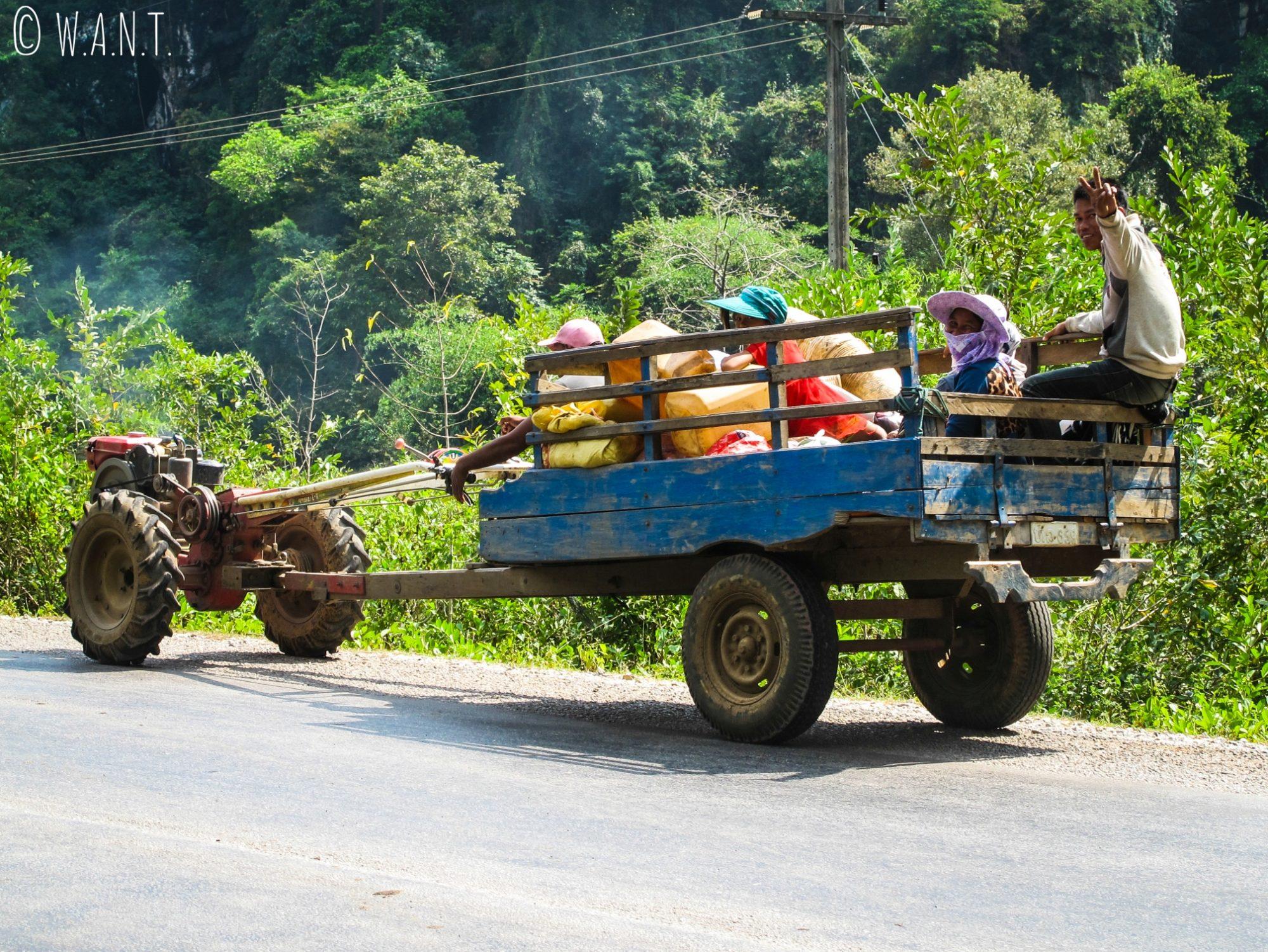 Les habitants nous saluent depuis leur motoculteur sur la boucle de Thakhek