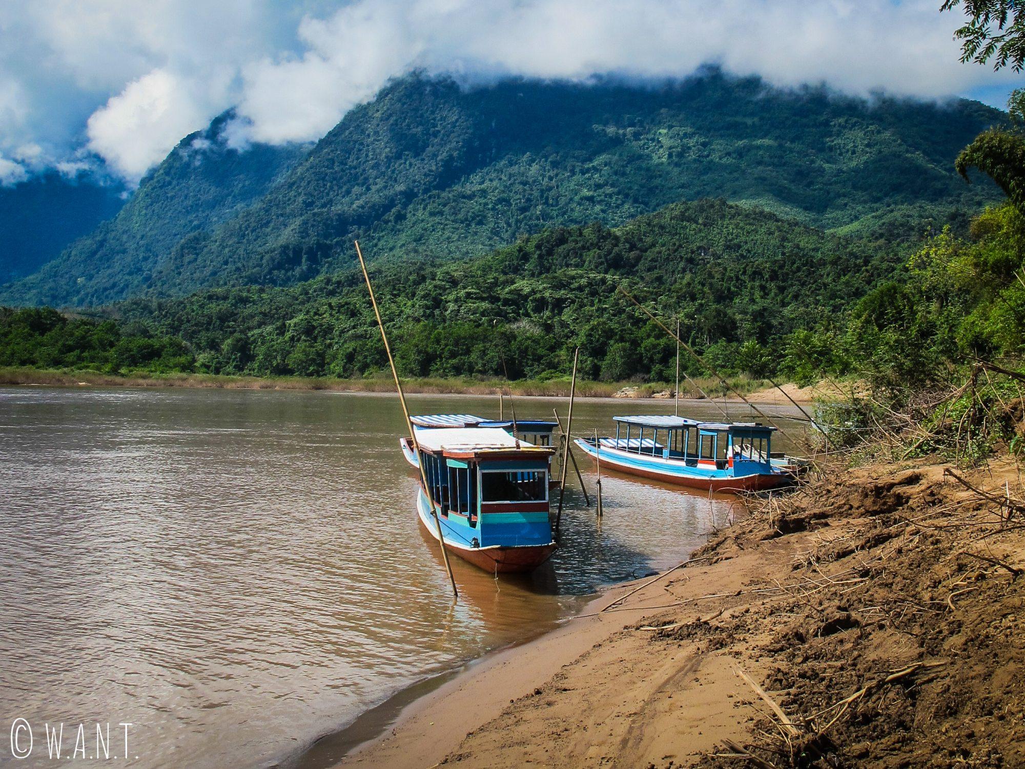 Les pics karstiques ont le nez dans les nuages entre Nong-Khiaw et Muang Ngoi