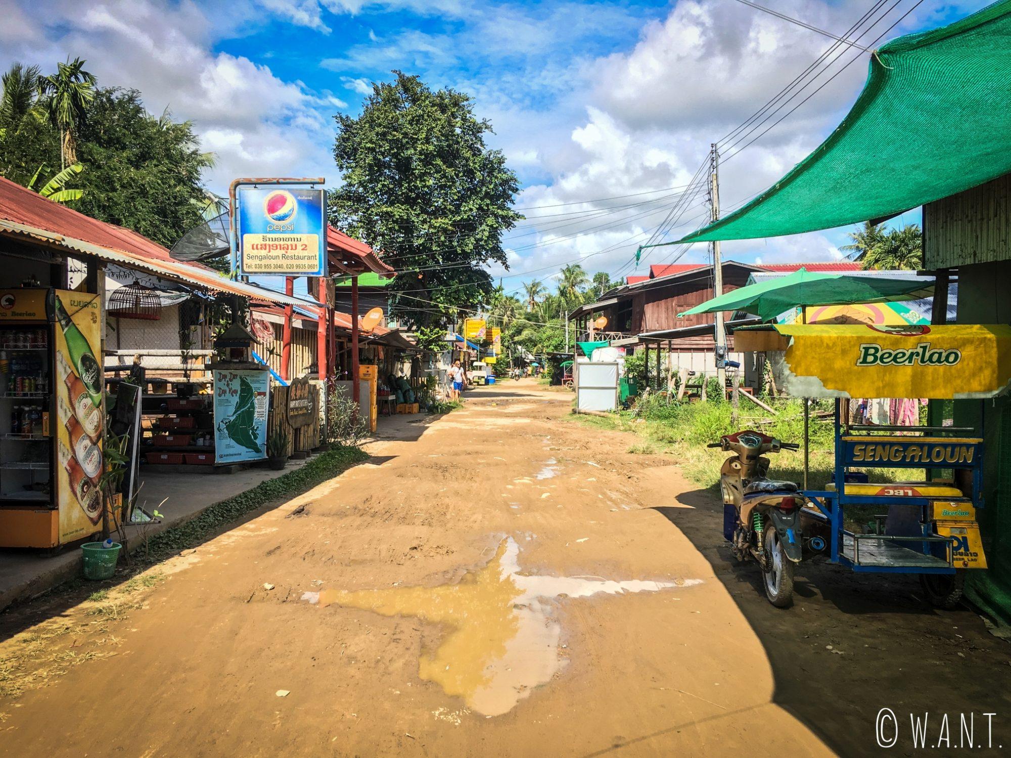 Les restaurants et les guesthouses bordent la rue principale de l'île de Don Khon