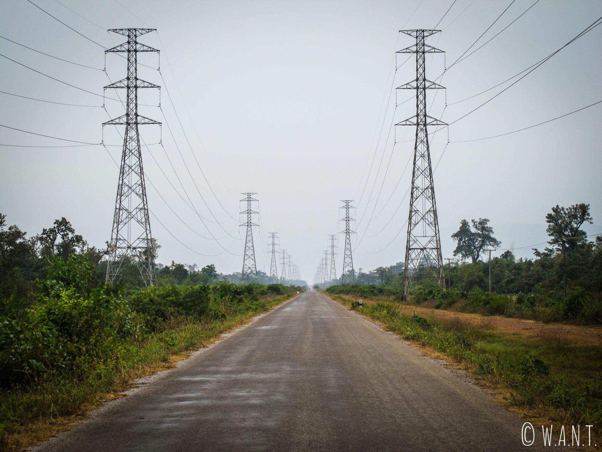 Lignes électriques sur la route de Konglor durant la boucle de Thakhek
