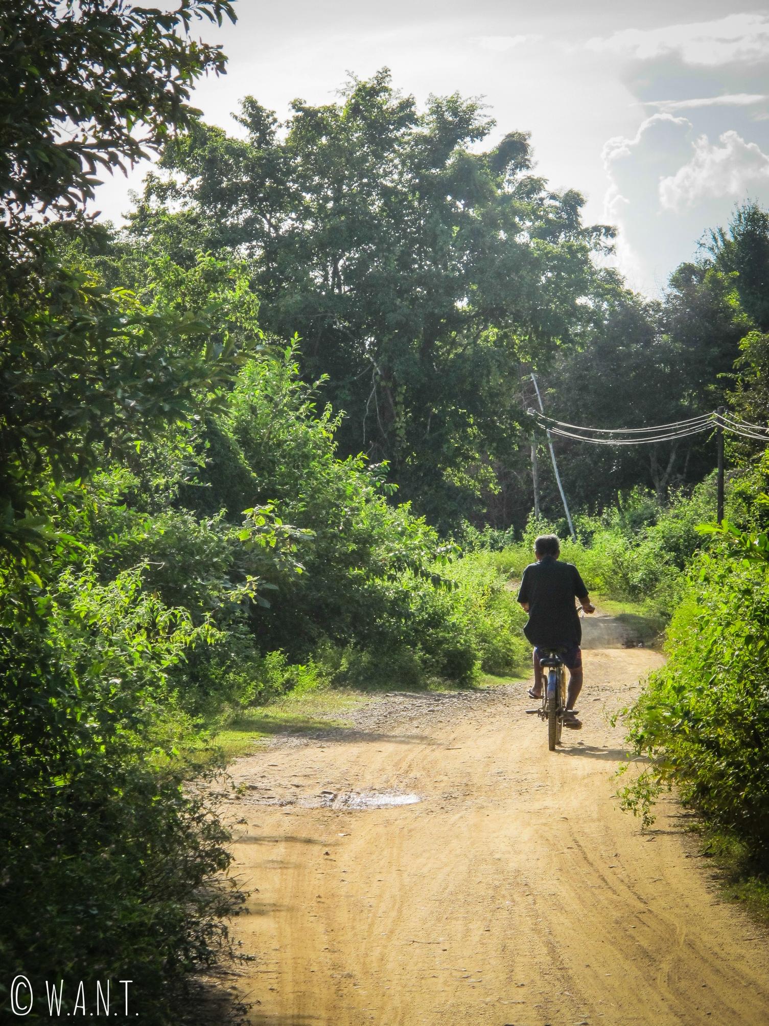 Local se déplaçant à vélo sur l'île de Don Khon
