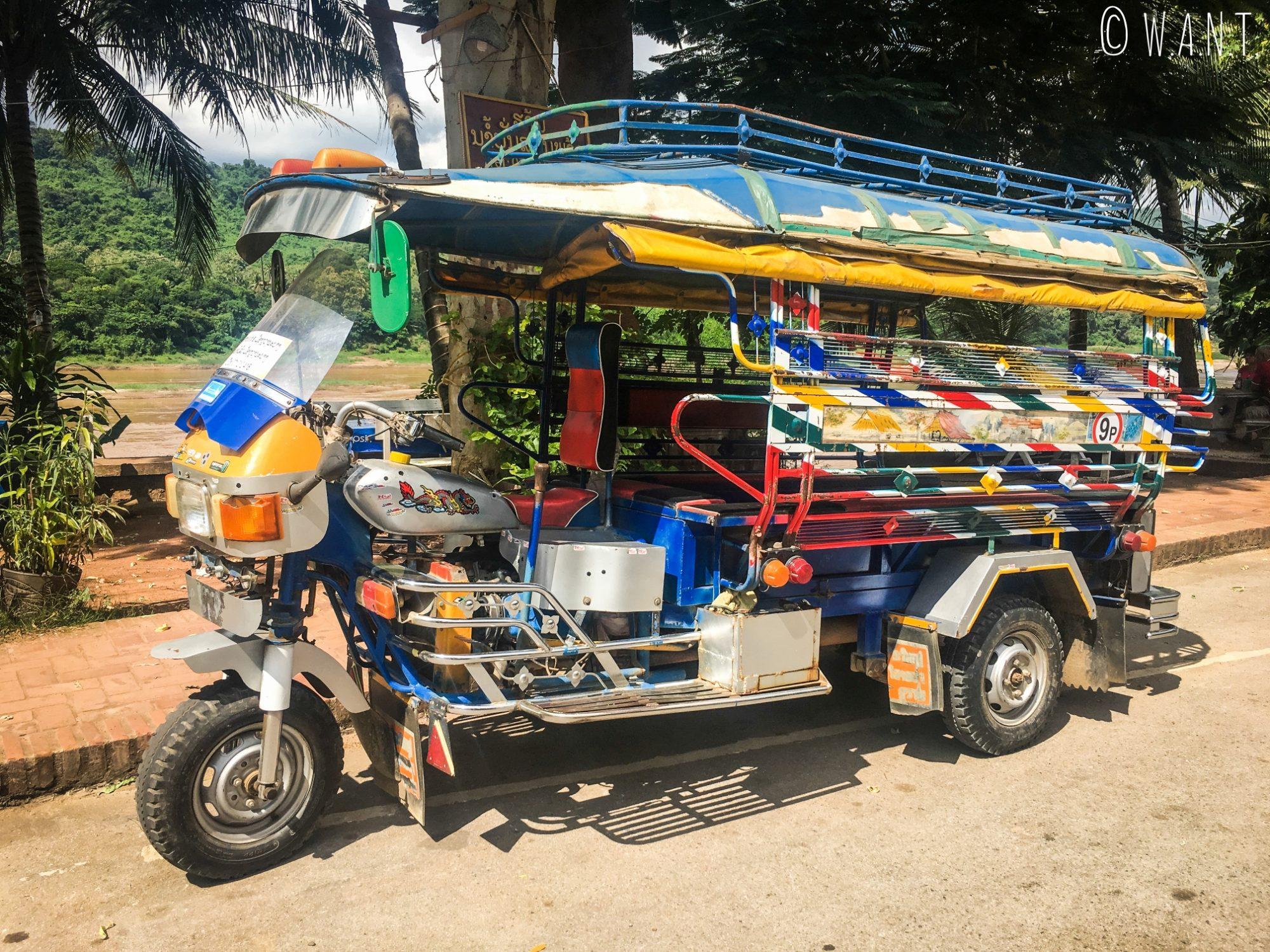 Mélange de moto et de songthaew dans les rues de Luang Prabang