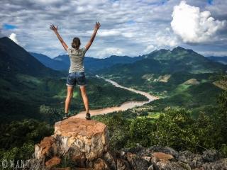 Marion est ravie d'être arrivée au point de vue Ban Sop Houn de Nong Khiaw