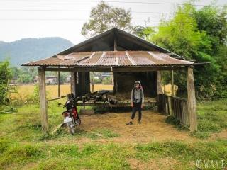 Marion s'abrite sous cette abri en bois en attendant que la pluie passe entre Konglor et Nahin