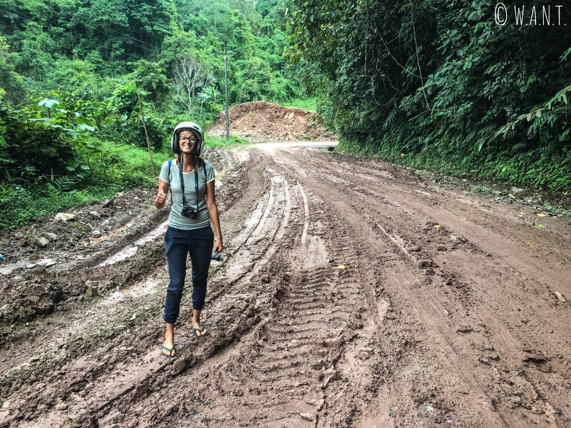 Marion traverse cette zone de boue en tongs sur le chemin de Muang Sing