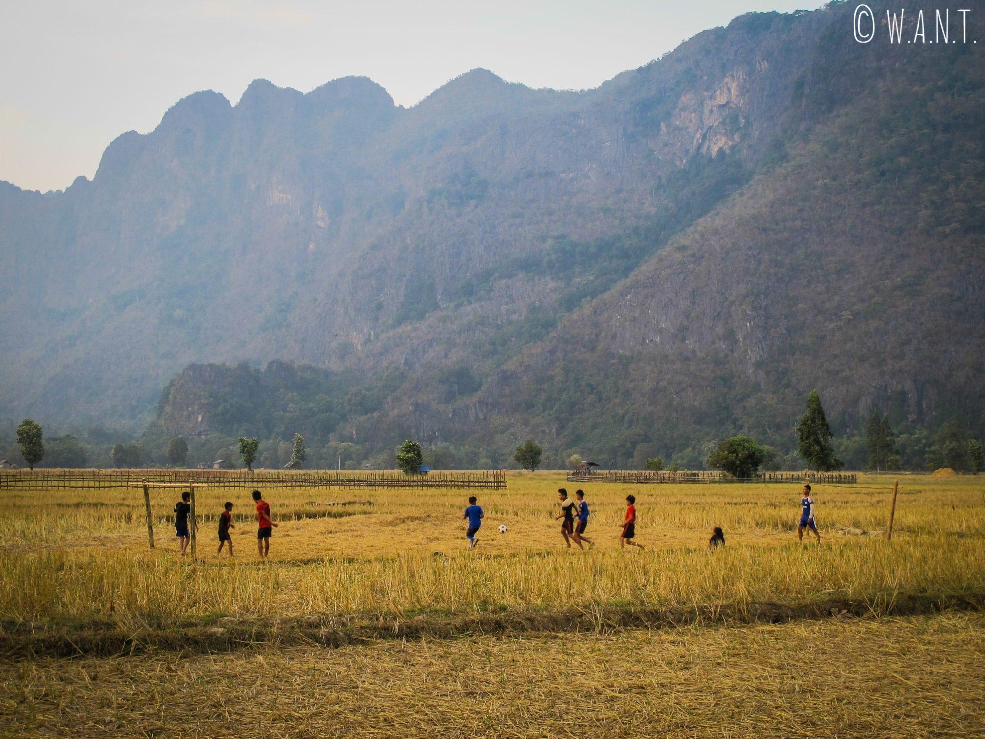 Match de football dans le village de Konglor